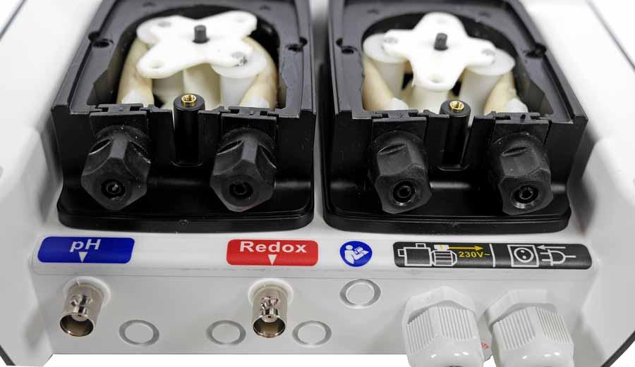 BAYROL AutomaticCl/pH Gerät geöffnet, Anschlüsse und Schlauch-Quetschpumpen für pH und Chlor sichtbar.
